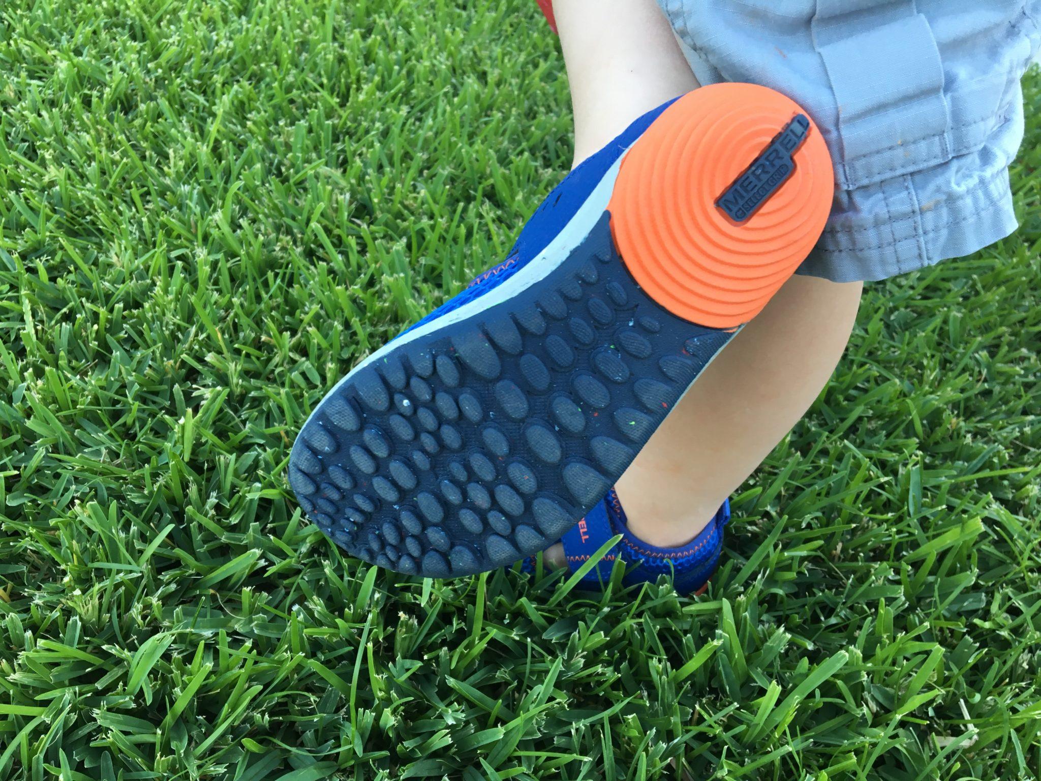 Multidirectional tread for a barefoot feel
